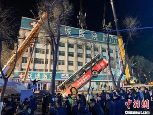 西宁路面塌陷伤亡最新消息10人失联 西宁路面塌陷监控还原详细经过