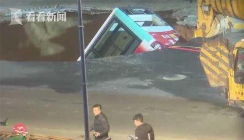 西宁路面坍塌已致6人遇难最新消息 西宁路面坍塌事故现场图曝光