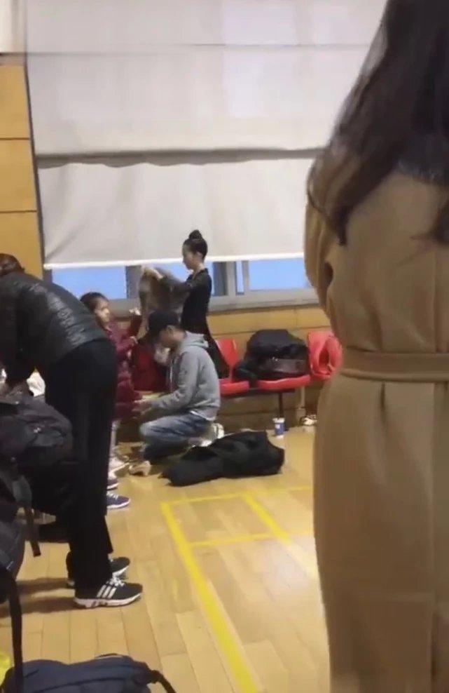 文章獨自帶兩個女兒練舞 單膝跪下為孩子穿衣服