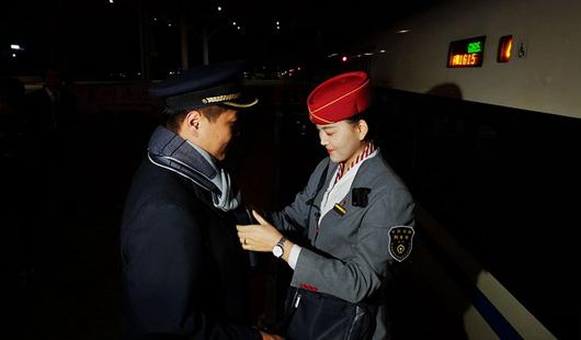 【新春走基层】铁路夫妻的春运:站台相聚180秒