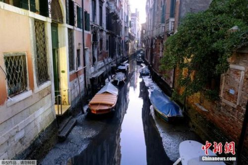 """运河干涸小船停驶 """"水城""""威尼斯不见了?"""