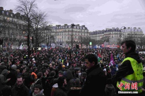 """法国罢工满六周:工会内部现分歧 总理吁""""翻页"""""""
