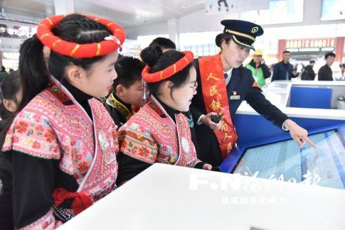 工作人员向畲族小学生介绍智能化自助服务系统。 通讯员 江曲 摄