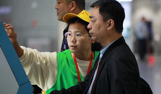 福建龙岩:返乡大学生志愿者服务春运出行