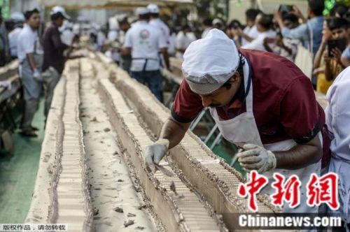 大工程!印度1500名烘焙師做出6.5公里長蛋糕