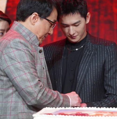 成龍楊洋偷吃蛋糕怎么回事 成龍發布會摳蛋糕帶壞楊洋一起偷吃