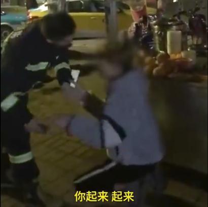 小伙给消防员下跪怎么回事 详细经过现场图真相令人动容