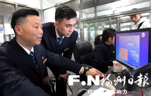 福州火车站父子两代客运员的春运体验