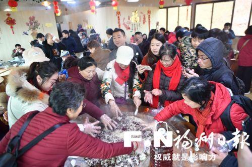 游客亲手酿造农家青红酒。本报记者 张人峰 摄