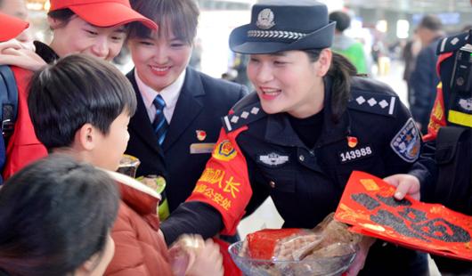 """福州铁警开展""""警民同乐过小年""""活动"""
