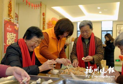 志愿者和老人们一起包饺子,过小年。