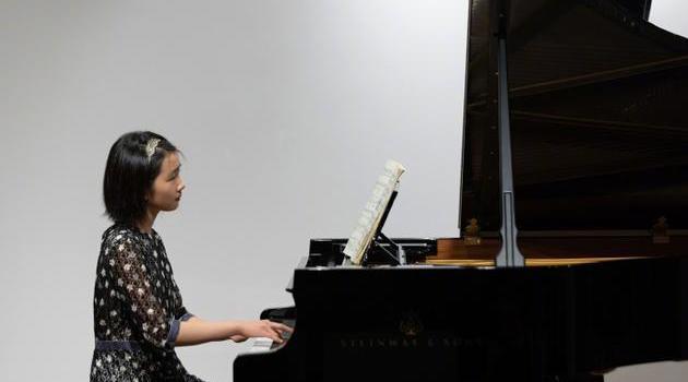 黄磊晒大女儿弹钢琴照 多多短发气质卓然有韵味