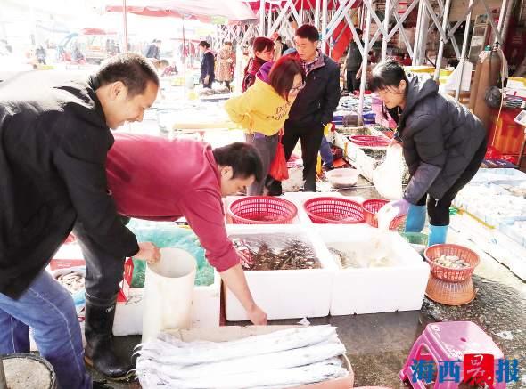 厦门节前年货市场年味浓 市民采购忙