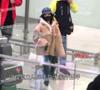 冯提莫机场玩自拍