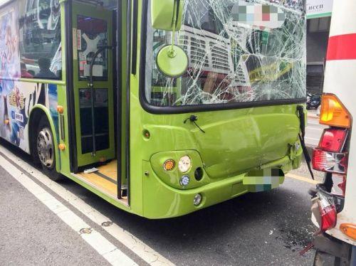 台北市发生3辆公交车连环撞事故 6人轻伤送医