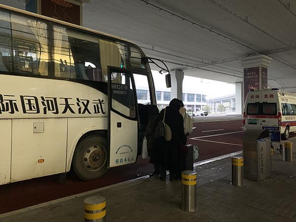 滞留日本的湖北籍中国公民今晨包机抵汉,旅客称回家很感动