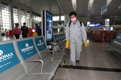 保洁人员对车站旅客候车厅等公共场所进行消杀。