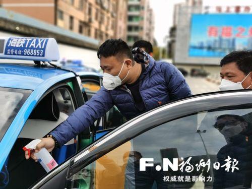司机对车辆进行全面消毒。本报记者 朱榕摄