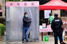 福州:小區物業搭建消毒通道 為進出居民消毒殺菌