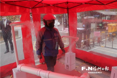市民通過消毒屋。記者 阮冠達 攝