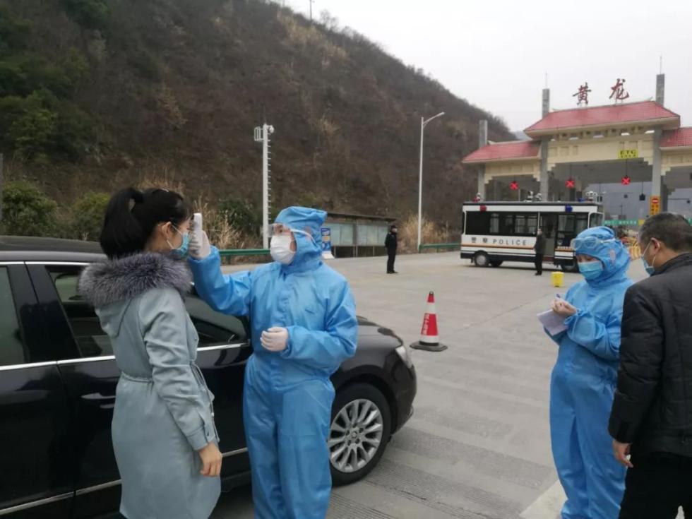 张湾区医务人员在高速公路口设卡检测体温