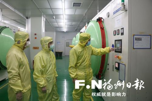 兆元光电员工全副武装在无尘车间工作。(福州高新区供图)