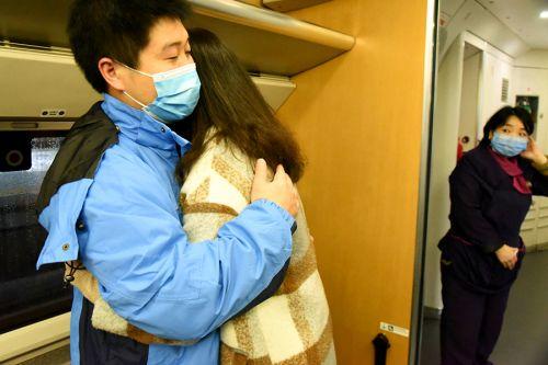 离别前,省立医院医护管理人员陈建华与新婚不久的李莲花拥抱在一起。拍摄:江曲