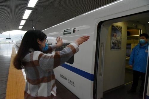 列车开车前,陈建华与爱人李莲花依依不舍挥手告别。拍摄:江曲