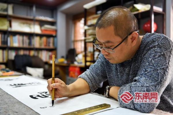 """南安书法家王志安义卖作品 2万余元捐款助力抗""""疫"""""""