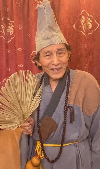 86岁游本昌重扮济公 赞防疫医护人员是当代济公