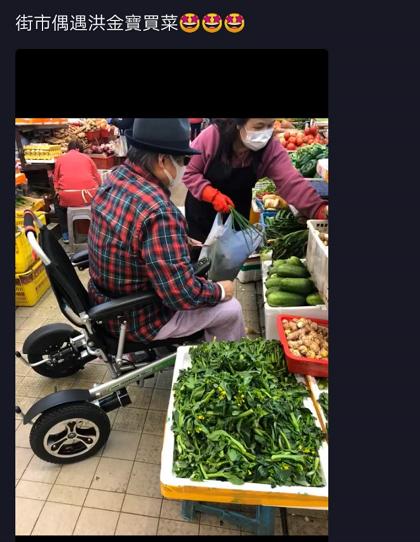 洪金宝独自坐轮椅戴口罩上街 亲手指挥大妈挑菜