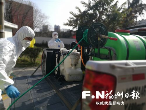 消毒员展开消毒工作。本报见习记者 汪培清摄