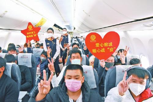 341名云南籍務工人員乘上包機返榕。本報記者 張鐵國攝