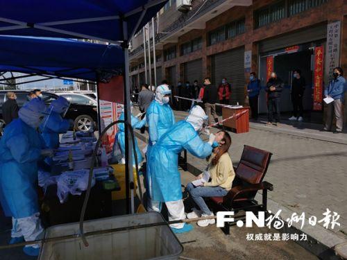 返岗工人进行核酸检测。(市交建集团供图)