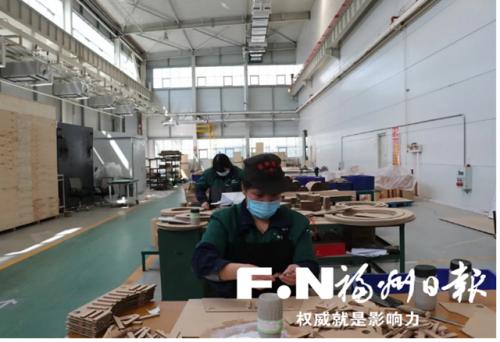 """天宇电气工人正在加紧进行""""订单式""""生产。(福州高新区供图)"""