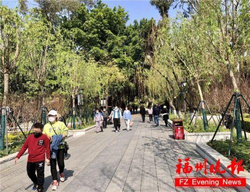 西湖公園內,絕大多數市民都自覺佩戴口罩游園。張旭 攝
