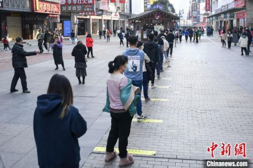网红奶茶店复工排百米长队  每人间隔1.5米