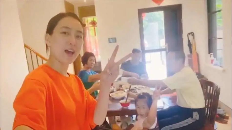 马苏在家吃饺子 家中装修朴素与李小璐家成对比(图)