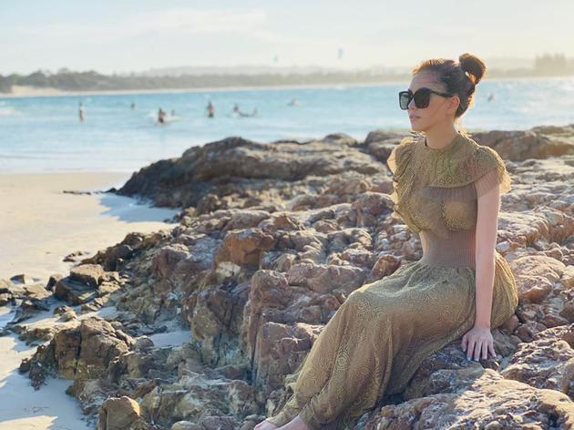 昆凌曬海邊度假美照 穿金色長裙坐岸邊似美人魚(圖)