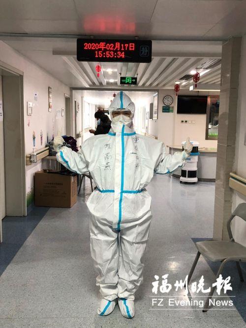 穿防護服的陳高燕。