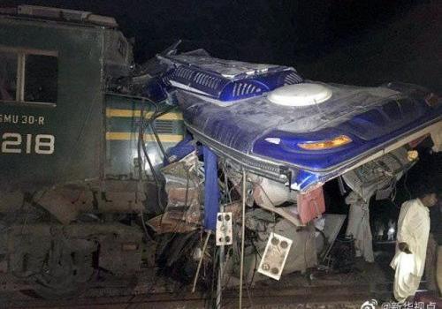 巴基斯坦火车相撞怎么回事 巴基斯坦火车相撞现场图曝光30人死
