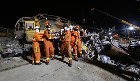 澳门皇冠注册官网泉州酒店坍塌事故现场救出母子幸存者