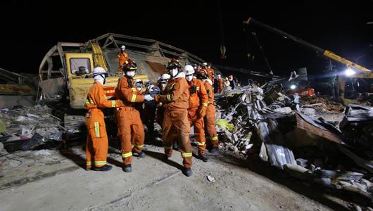 福建泉州酒店坍塌事故现场救出母子幸存者