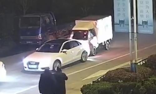 女儿报警爸爸开车撞了妈妈的车怎么回事?小货车追尾奥迪事件始末