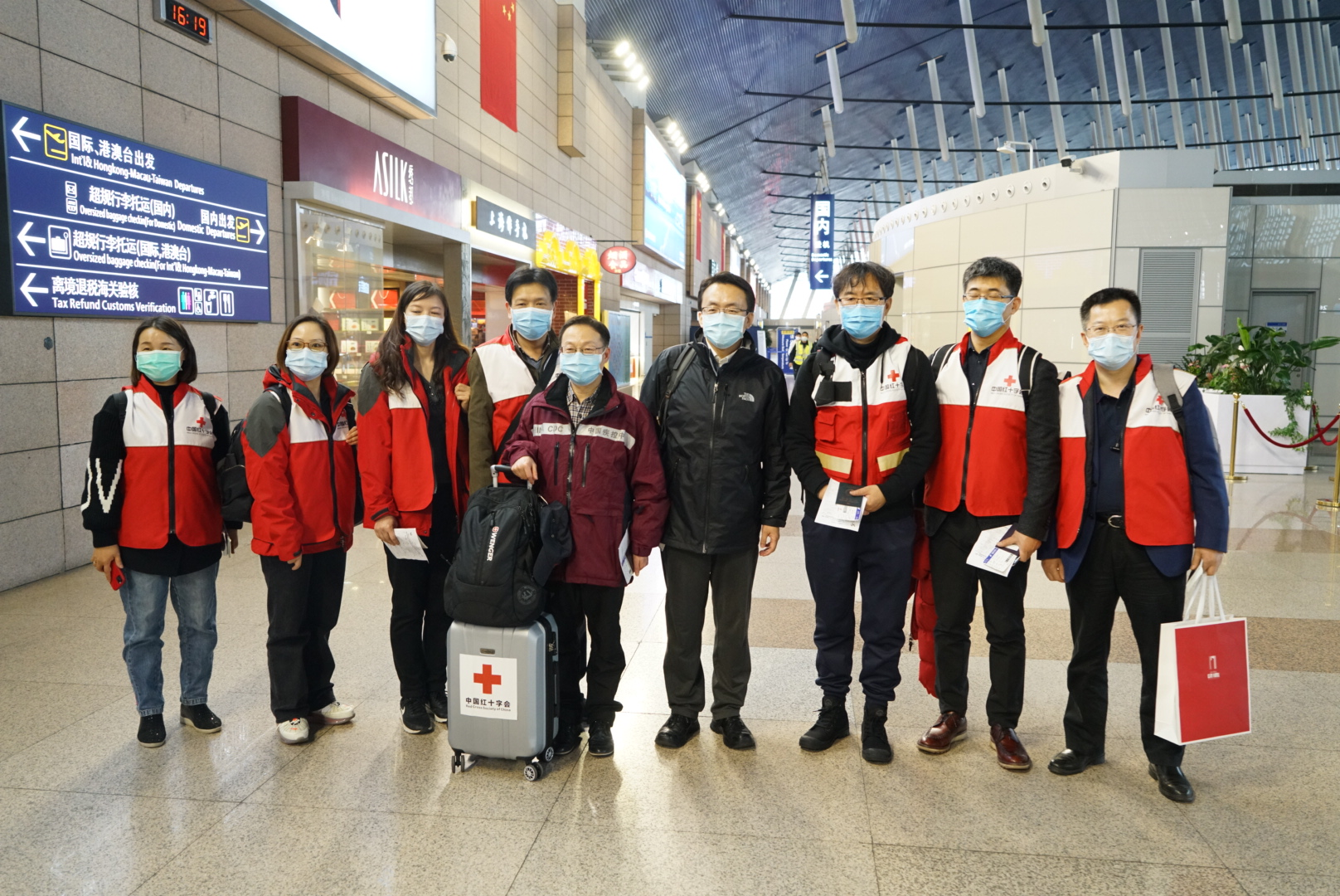 一行9人携带必要医疗防护用品 中国专家赴意大利