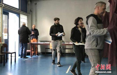 新冠疫情下法国市镇选举如期举行 选民弃权率高