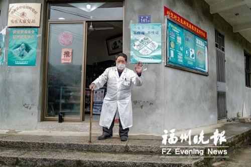 """68歲村醫拄起拐杖挨家挨戶查疫情 黃德春:一人一拐就是""""120"""""""