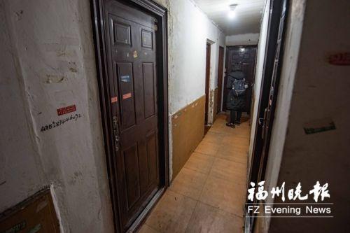 2号楼内,一套70多平方米的单元房被隔成5间群租房。