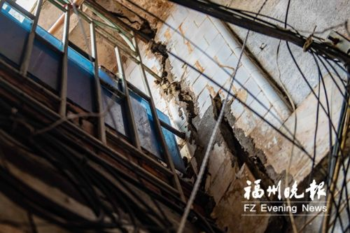 安静里22号小区2号楼墙体开裂。