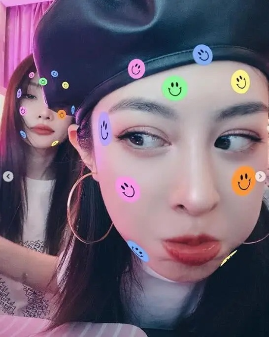 李小璐与闺蜜聚会疯狂自拍 对镜头摆pose颜值在线(图)